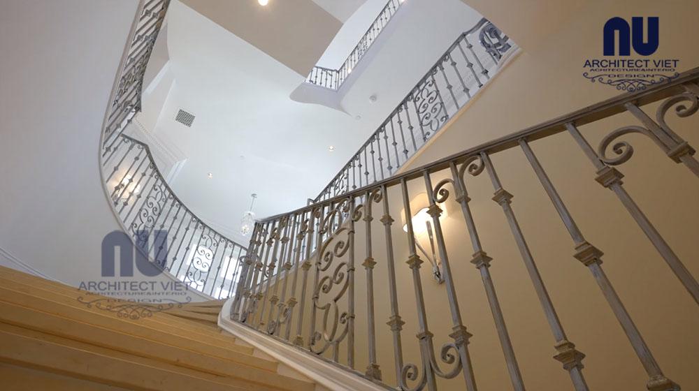 thiết kế biệt thự với cầu thang rộng