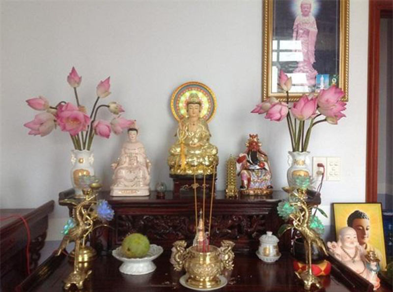 hoa sen phù hợp đặt trên bàn thờ gia tiên