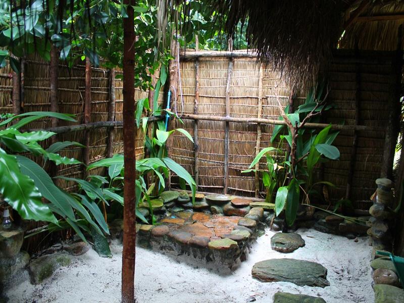 Thiết kế phòng tắm thiên nhiên từ đá và gỗ