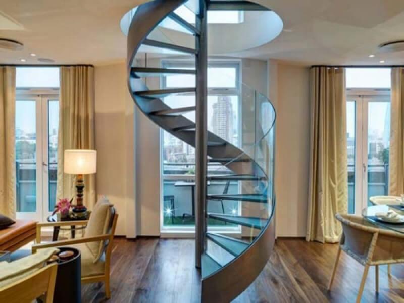 cầu thang xoắc quanh cột sẽ phân tán tài lộc ra bên ngoài