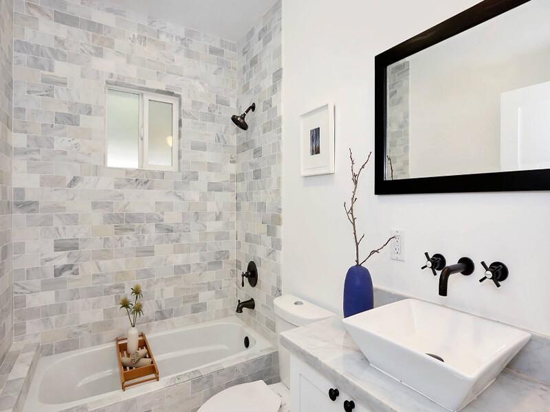kệ tủ âm tường là ưu tiên hàng đầu cho những phòng tắm nhỏ