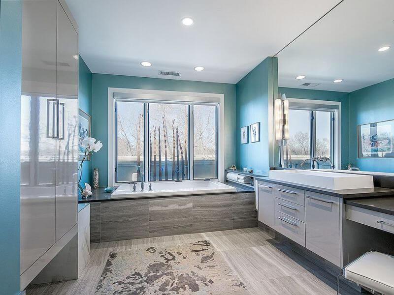 màu xanh của biển giúp không gian phòng tắm thêm phần bắt mắt