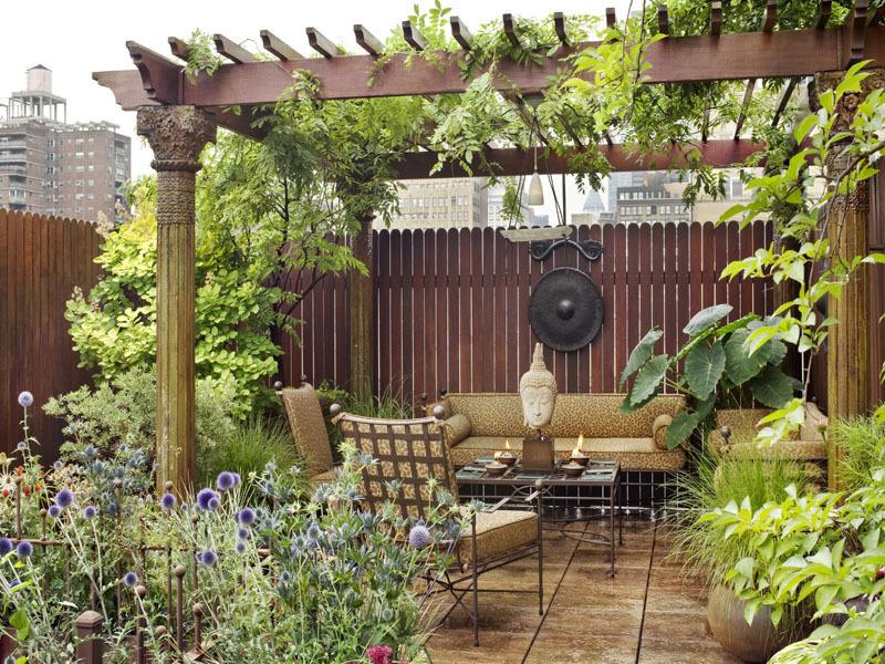 ưu tiên sử dụng chất liệu gỗ trang trí cho khu vực sân thượng
