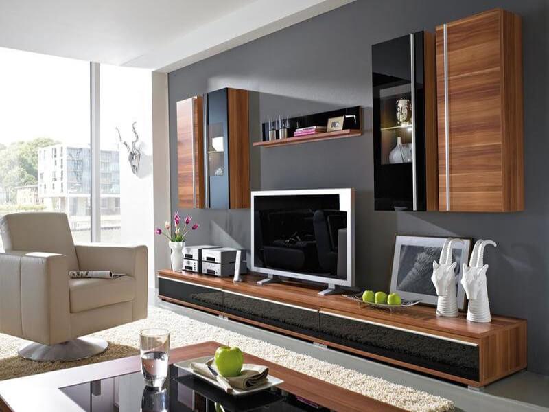 Bố trí các yếu tố nội thất trên kệ tivi trong phòng khách