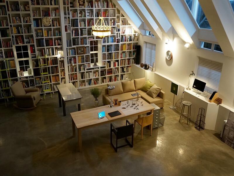 Khu vực làm việc với kho sách khổng lồ đơn giản mà cực kỳ cuốn hút