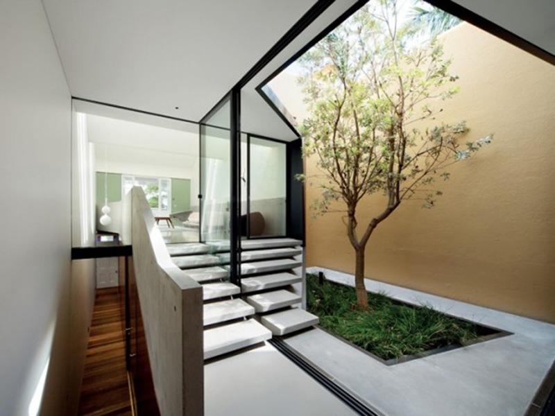thiết kế giếng trời trên cầu thang đẹp mắt