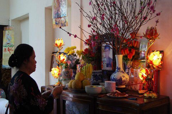Hoa đặt bàn thờ gia tiên cầu mong may mắn, tài lộc cho gia chủ